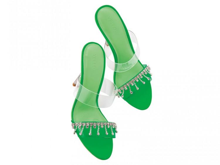 バッグや靴をネオンカラーに替えるだけで、イケてない女子もすぐ流行りに乗れる!