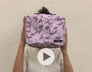紗栄子の小顔がポーチのデカさを引き立てる!次号付録スナイデルのポーチ4個セットを特別動画で紹介