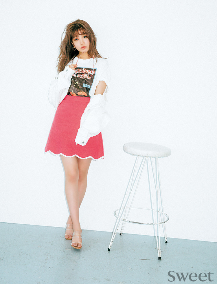 ミニスカートで太もも見せ♡加藤玲奈のビビッドピンクコーデが可愛い!