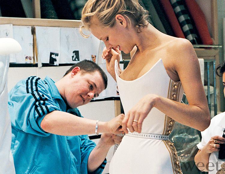 失業手当でデザイナーデビュー⁉︎型破りな天才を描いたファッション映画