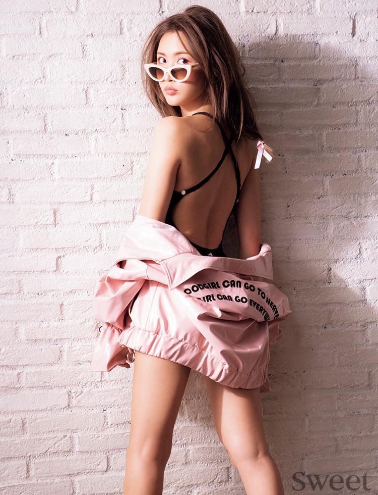 大胆な肌見せがカギ♡紗栄子がピンクをセクシーに着こなす