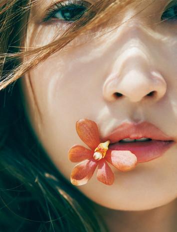 """忙しい大人こそ花のある暮らしを。紗栄子が""""余裕のある女""""なワケ"""