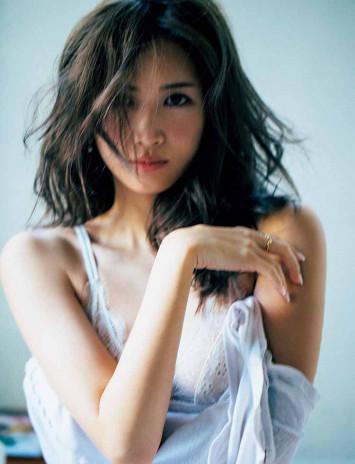 紗栄子が撮影の裏話を語る! 色っぽ赤ショーツで始まった1年の軌跡【秘蔵カットあり】