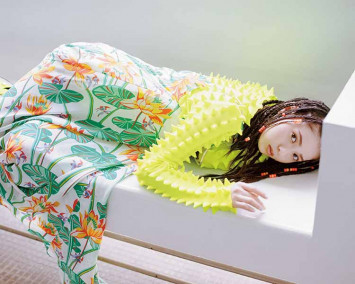 乃木坂46齋藤飛鳥がロエベのドレスでパーティーガールに♡  夏こそ大胆ルックで冒険!