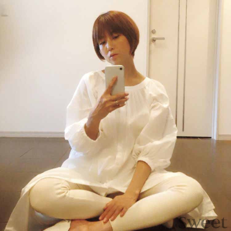 hitomi、妊娠8カ月のインスタライブ♪ おうち時間&おうちファッションも披露