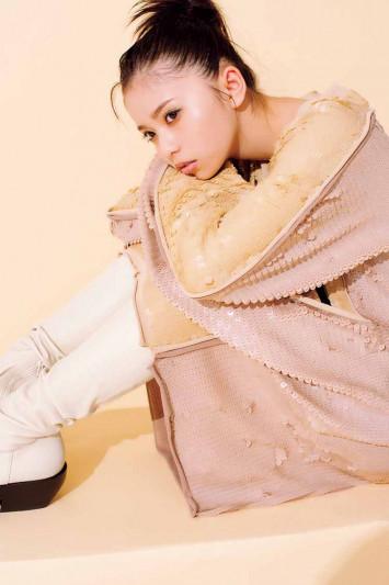 齋藤飛鳥×ボッテガ・ヴェネタ「小娘の私にはまだ早いかも…」表参道店の限定アイテムも公開